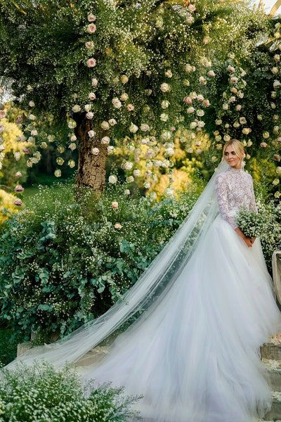 https://assets.vogue.com/photos/5b8bf1b71edb2878de8d0760/master/w_400%2Cc_limit/20-chiara-ferragni-and-fedez-wedding.jpg