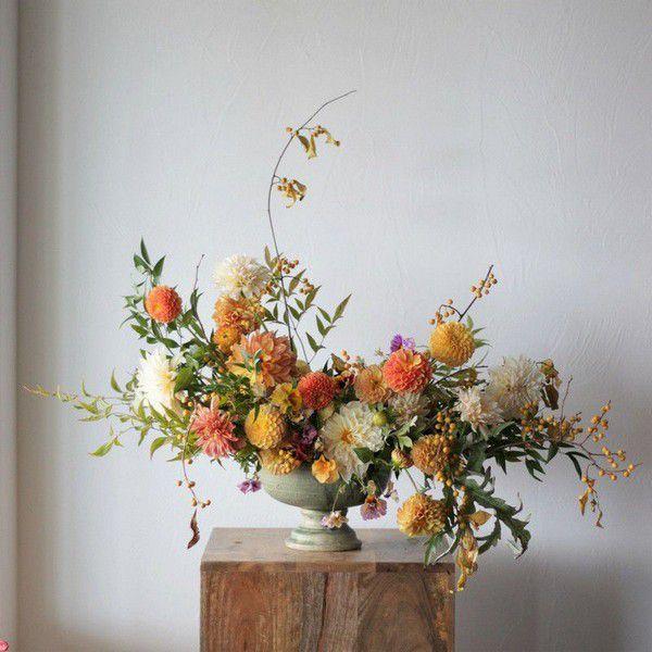 https://cdn0.weddingwire.com/articles/images/1/0/1/6/img_16101/dahlias-the-flower-hat-fall-wedding-flowers.jpg