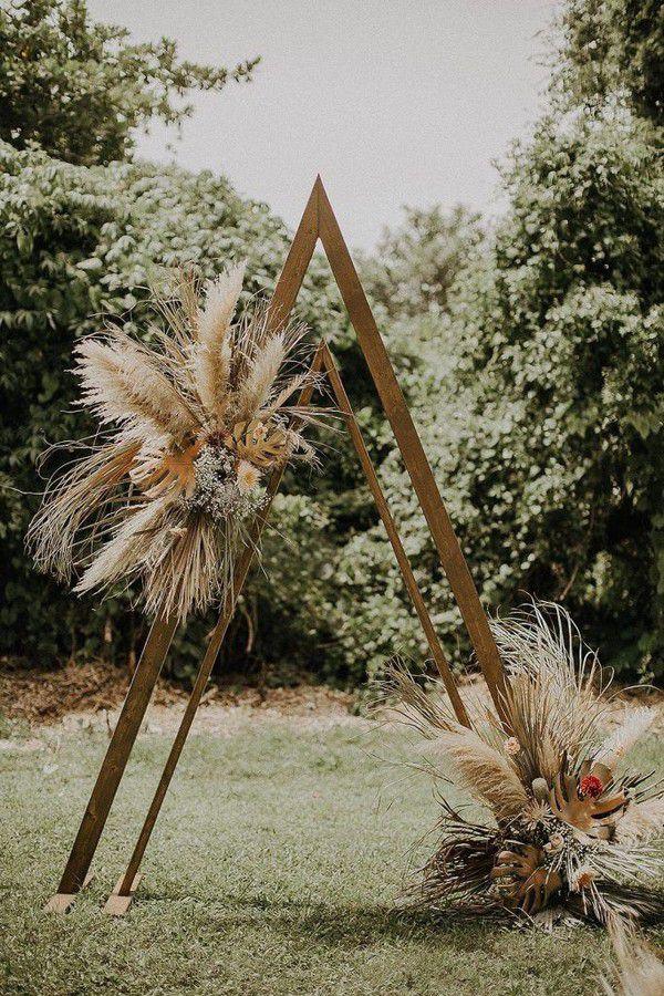 https://www.elegantweddinginvites.com/wedding-blog/wp-content/uploads/2020/08/modern-outdoor-triangle-metal-wedding-altar-with-pampas-grass-decoration-683x1024.jpg