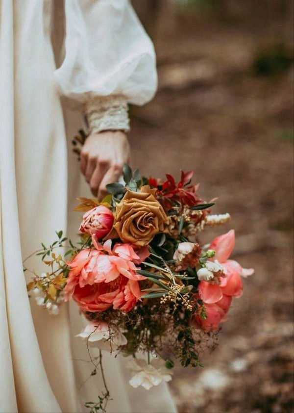 https://cdn0.weddingwire.com/articles/images/3/1/8/7/img_7813/8-forest-flowers-fall-wedding-bouquets.jpg