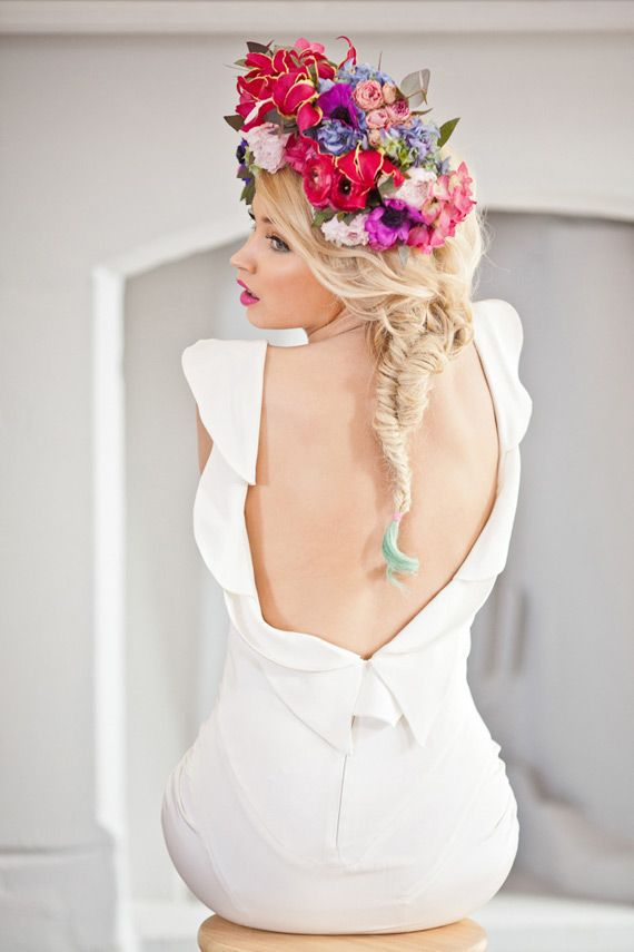 https://www.prettydesigns.com/wp-content/uploads/2015/09/15-hairstyles-with-flower-crowns-for-wedding13.jpg