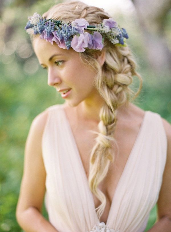 https://www.prettydesigns.com/wp-content/uploads/2015/09/15-hairstyles-with-flower-crowns-for-wedding10.jpg