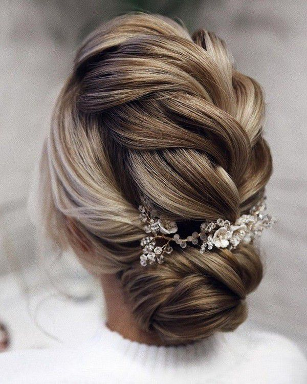 http://www.loveinconfetti.com/wp-content/uploads/2020/07/braided-updo-wedding-hairstyle-with-headpieces.jpg