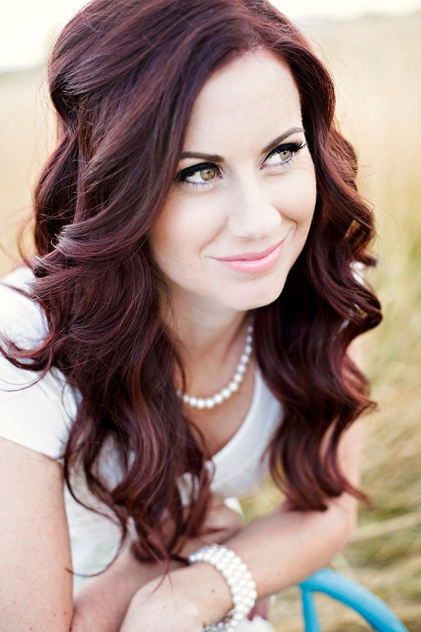 https://www.prettydesigns.com/wp-content/uploads/2014/11/Simple-Long-Curly-Wedding-Hairstyle.jpg