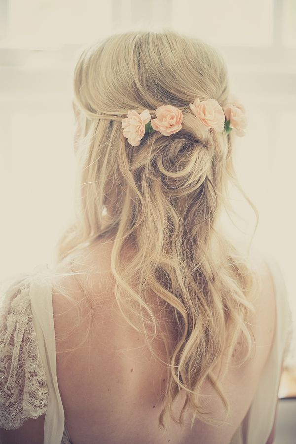 https://www.prettydesigns.com/wp-content/uploads/2014/11/Long-Wavy-Wedding-Hairstyle-With-Flowers.jpg