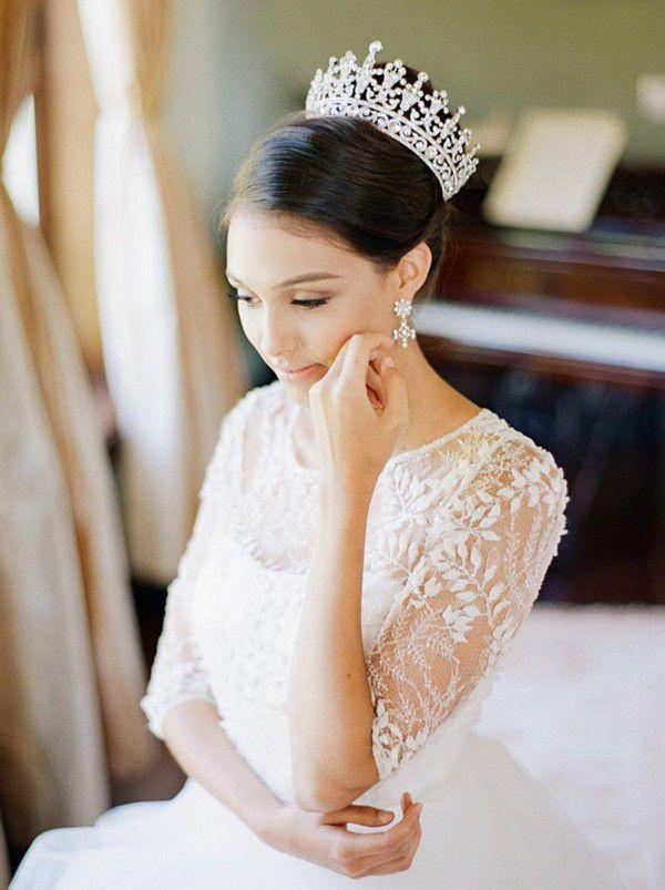https://www.officialroyalwedding2011.org/wp-content/uploads/2019/06/Bridal-tiaras-765x1024.jpg