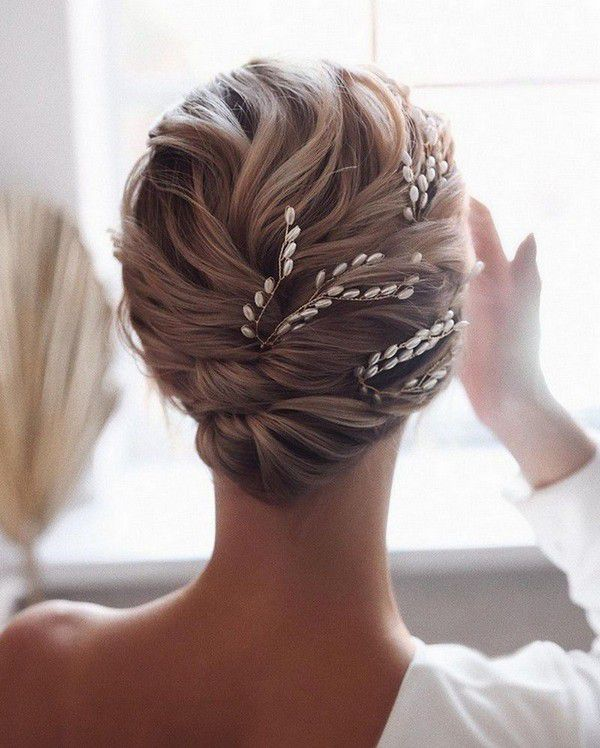 http://www.loveinconfetti.com/wp-content/uploads/2020/07/updo-bridal-hairstyle-ideas-with-headpieces.jpg