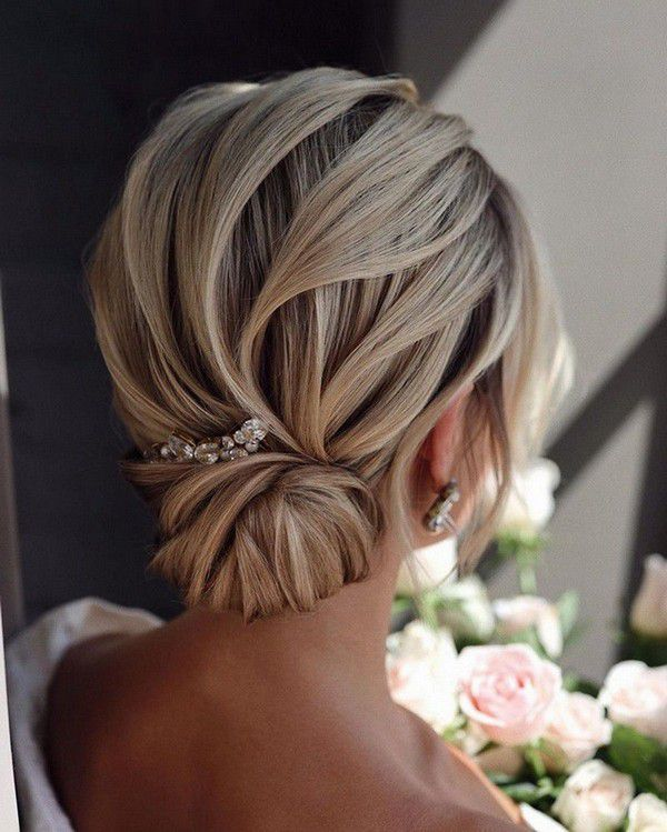 http://www.loveinconfetti.com/wp-content/uploads/2020/07/french-elegant-low-updo-bridal-hairstyle.jpg