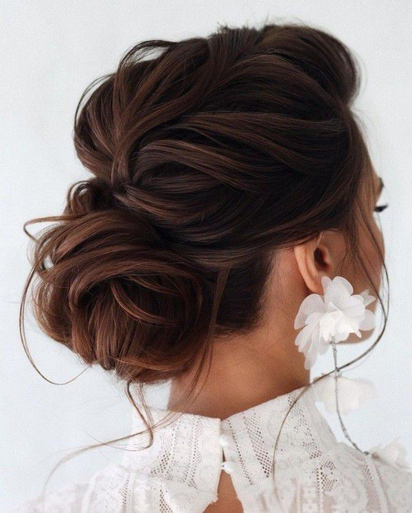 http://www.loveinconfetti.com/wp-content/uploads/2020/07/loose-updo-bridal-hairstyle-for-wedding-day.jpg