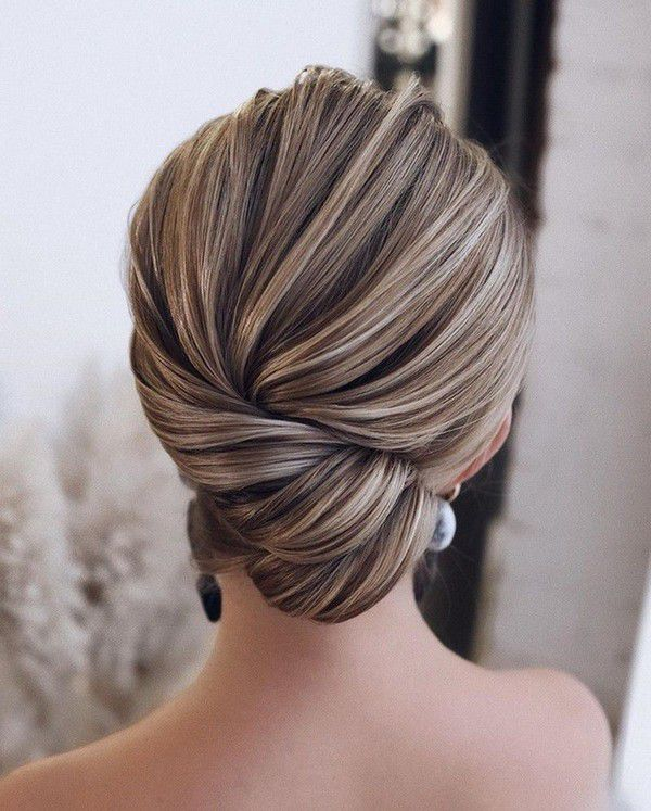 http://www.loveinconfetti.com/wp-content/uploads/2020/07/twisted-simple-elegant-bridal-hairstyle.jpg