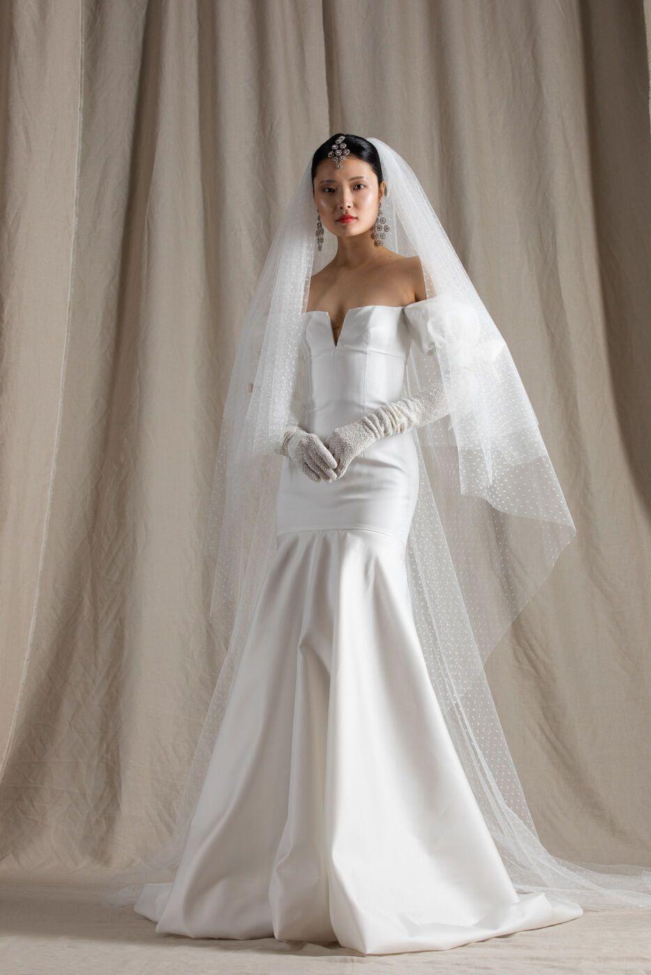https://www.weddingmagazine.com.ua/wp-content/uploads/2021/04/naeem-khan-bridal-spring-2022-10.jpg