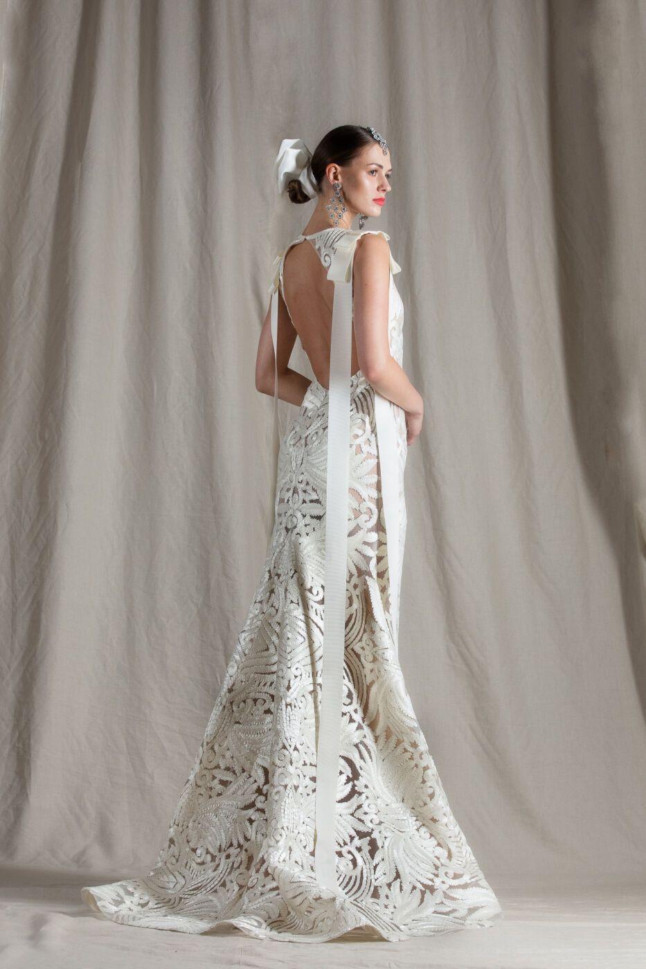 https://www.weddingmagazine.com.ua/wp-content/uploads/2021/04/naeem-khan-bridal-spring-2022-13.jpg