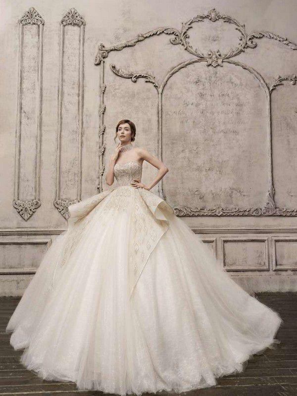 https://imagesawe.s3.amazonaws.com/styles/max750/s3/articles/2021/04/2022_wedding_dresses_by_jimmy_choo_5.jpg?itok=4JTNf0dq