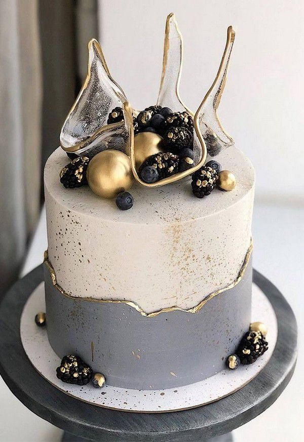 https://www.elegantweddinginvites.com/wedding-blog/wp-content/uploads/2020/09/tranparent-isomalt-single-tier-wedding-cake-with-gold-pearls.jpg