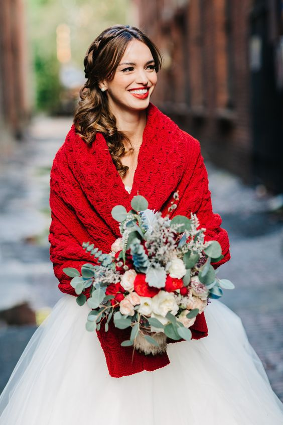 https://i.weddingomania.com/2017/10/02-a-bold-red-knit-wrap-and-a-greenery-and-red-bouquet-for-a-Christmas-bride.jpg