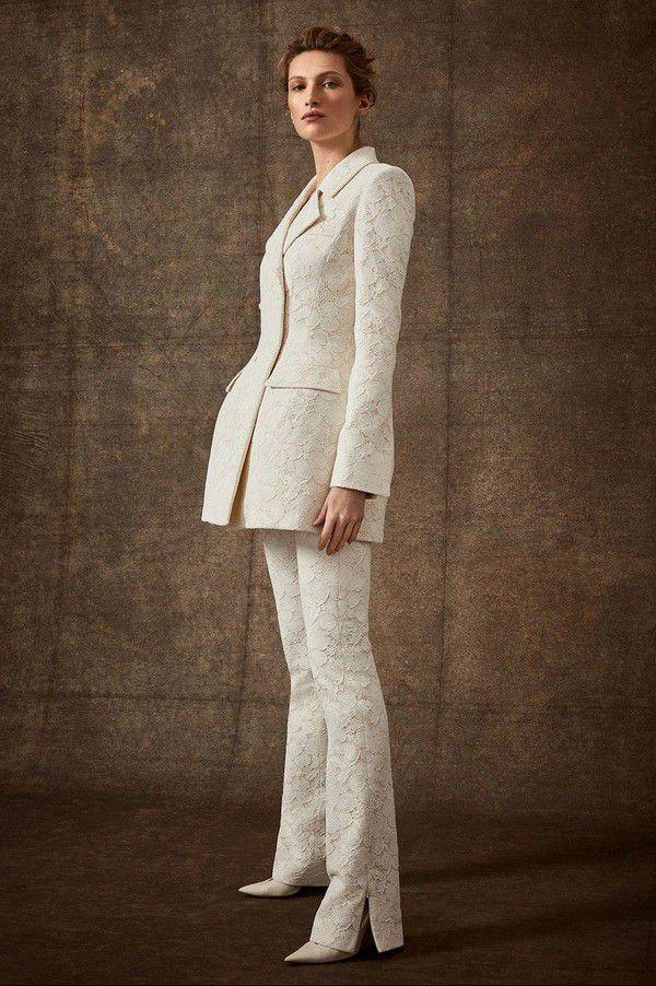 https://hips.hearstapps.com/hmg-prod.s3.amazonaws.com/images/hbz-winter-wedding-dresses-danielle-frankel-new-york-bridal-spring-2020-lara-jade-00009-1566407800.jpg?crop=0.986xw:0.988xh;0.00850xw,0.0125xh&resize=980:*