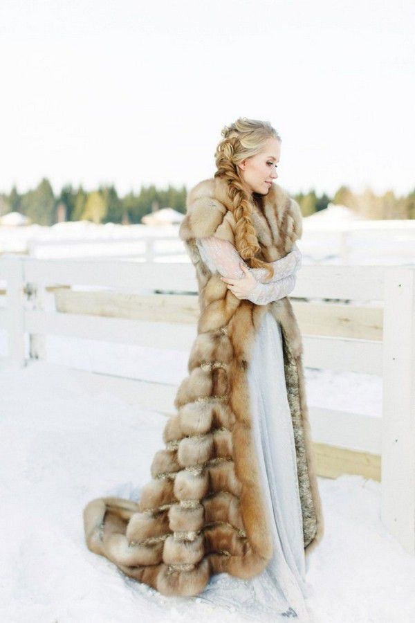 https://i.weddingomania.com/2018/12/10-a-luxurious-long-fur-coat-without-sleeves-but-with-a-train-is-a-statement-piece-in-this-bridal-outfit-750x1125.jpg