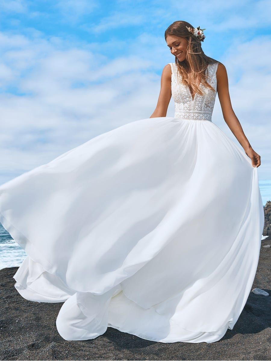 https://www.pronovias.com/media/catalog/product/b/a/baobabs_b.jpg?quality=80&bg-color=255,255,255&fit=bounds&height=1200&width=900&canvas=900:1200