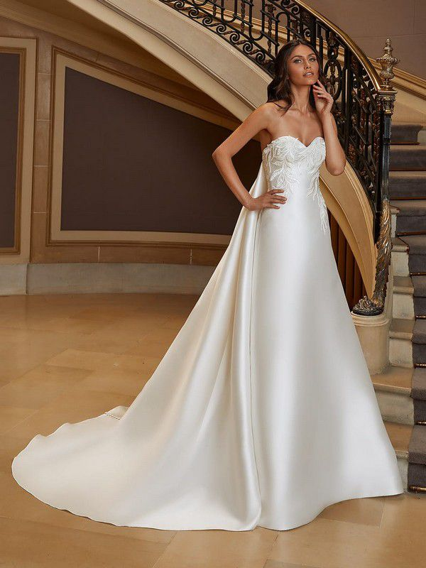 https://www.pronovias.com/media/catalog/product/h/o/holiday_b_t4rx4x9cgqskyqx2.jpg?quality=80&bg-color=255,255,255&fit=bounds&height=1200&width=900&canvas=900:1200