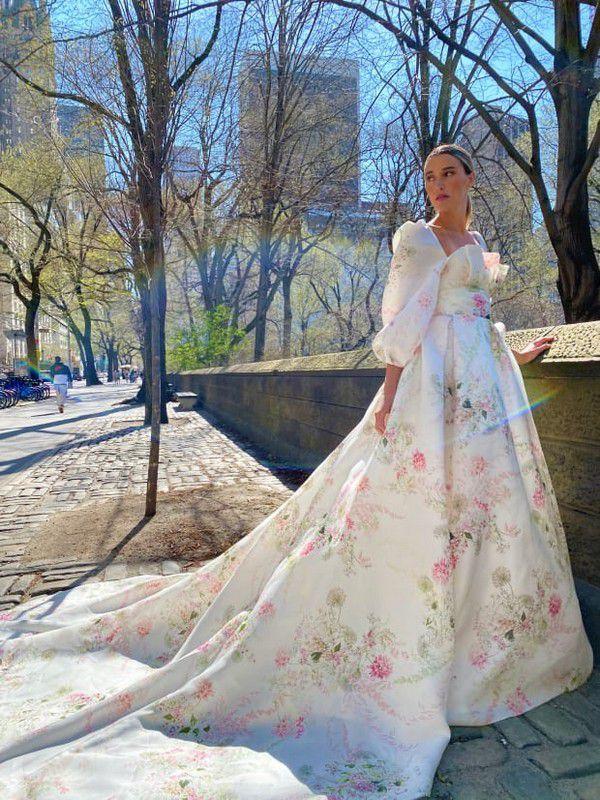 https://fashionista.com/.image/c_fit%2Ccs_srgb%2Cfl_progressive%2Cq_auto:good%2Cw_620/MTgwMzM1NTI1ODcyMjgwNzI2/monique-lhuillier-spring-2022-bridal-wedding-dress-dahlia.jpg